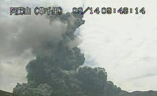Capture d'écran d'une vidéo de l'agence météorologique japonaise montrant le volcan Aso, sur l'île de Kyushu dans le sud-est du Japon, entré en éruption et crachant fumée et cendres, le 14 septembre 2015