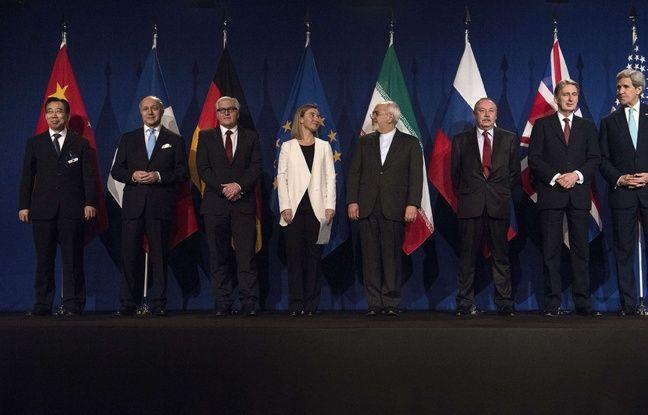 Les représentants des cinq puissances occidentales, dont Laurent Fabius (deuxième en partant de la gauche), et Javad Zarifat,ministre iranien des Affaires étrangères (4e en partant de la droite, à Lausanne (Suisse), le 2 avril 2015.