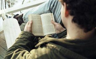 Un homme lit.