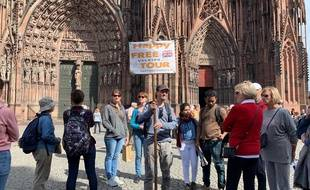 Remy, Un guide Happy Free Tour au pied de la cathédrale. Strasbourg le 10 septembre 2019.