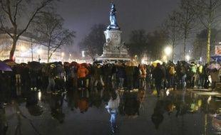 """Des participants à la """"Nuit debout"""", le 2 avril 2016 place de la République à Paris"""