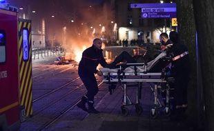 Evacuation d'un jeune homme gravement blessé à la main en marge de la manifestation des   «gilets jaunes», le 8 décembre 2018 à Bordeaux.