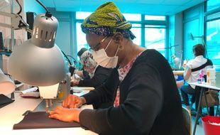 Des couturières de l'association Des Femmes en fil confectionnent des masques. A Nantes, le 7 mai 2020.