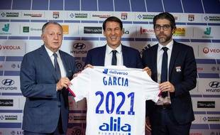 Rudi Garcia, ici aux côtés de Jean-Michel Aulas et Juninho, à la fin de sa présentation devant la presse, ce mardi à Décines. ROMAIN LAFABREGUE