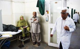 Le Dr Adibul Rizvi réalise des greffes gratuites à Karachi, au Pakistan.