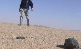 L'astronome Peter Jenkins trouve un fragment de roche venu de l'espace au Soudan, en février 2009.