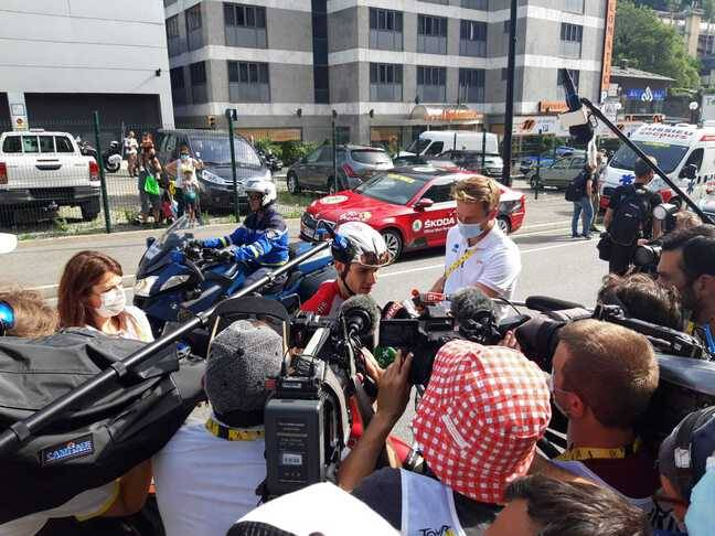 Guillaume Martin fait le plein chez les journalistes à l'arrivée à Andorre-la-Vieille, ce dimanche.