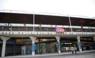 Le match de football Lille-Lyon au Stade de France s'est achevé samedi soir par un drame, quand un RER a heurté des supporteurs lillois qui regagnaient leur car en longeant une voie ferrée, tuant deux jeunes de 10 et 17 ans et blessant onze autres personnes.