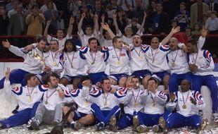 L'équipe de France fête son titre de championne du monde, après avoir battu la Suède en finale, le 4 février 2001 à Bercy.