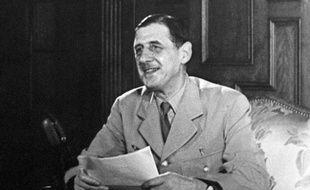 Charles De Gaulle, en train de prononcer un discours à la radio, 1946