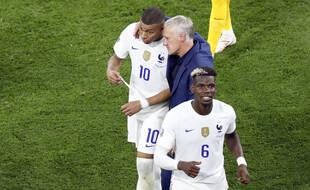 Kylian Mbappé, Didier Deschamps et Paul Pogba, à la fin du match contre le Portugal le 23 juin 2021 à Budapest.