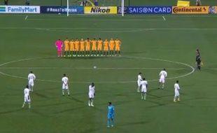 Les joueurs saoudiens se sont éparpillés dans leur moitié de terrain.