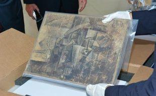 """Photo prise le 13 août 2015 dans l'ambassade  de France à Washington et fournie par l'ambassade et le service des douanes françaises de """"La Coiffeuse"""" une toile cubiste peinte par Picasso en 1911"""