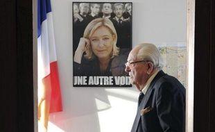 Le président d'honneur du Front national, Jean-Marie Le Pen, passe devant une affiche de sa fille à Agen le 12 janvier 2014