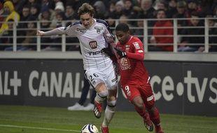Toma Basic, le milieu de terrain des Girondins, au duel avec un joueur de Dijon.