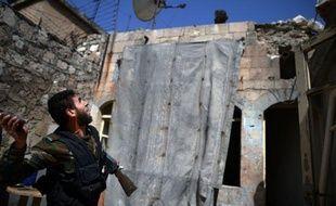 Au moins 15 personnes, dont neuf enfants, ont péri samedi dans un bombardement de l'armée de l'air sur un quartier kurde d'Alep, deuxième ville de Syrie où la guerre ne connaît aucun répit, selon l'Observatoire syrien des droits de l'Homme (OSDH).