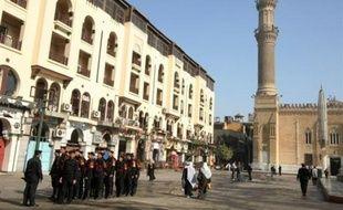 Le groupe de jeunes touristes français frappé dimanche par un attentat meurtrier près du souk du Caire est arrivé lundi peu avant 11H30 à l'aéroport de Roissy, a annoncé à l'AFP un porte-parole des Affaires étrangères sur place.