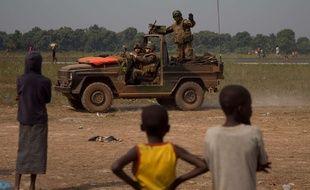 Un soldat français devant des réfugiés au camp de réfugiés de Mpoko, en Centrafrique, le 9 janvier 2014.