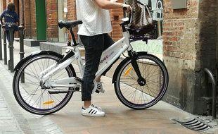 Les vélos Indigo weel, blancs et violets, se trouvent par géolocalisation et se déverrouillent avec un QR code.