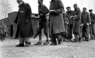 Des survivants du camp de Buchenwald en Allemagne, en mars-avril 1945, après la libération des camps de concentration par les Alliés