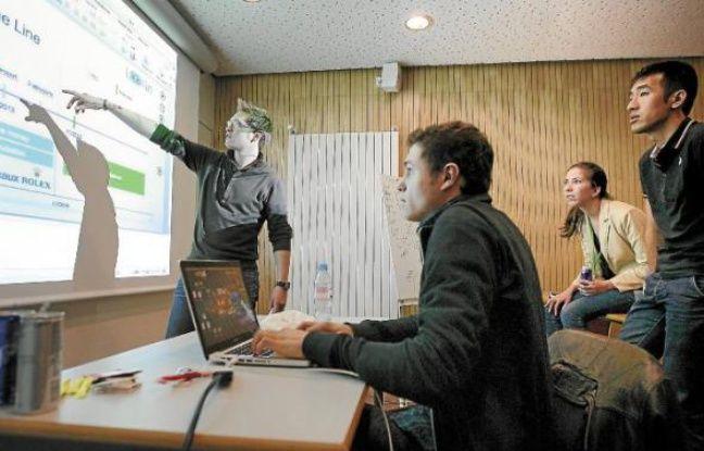 Six jeunes ont travaillé sur un service de navigation au sein d'un bâtiment.