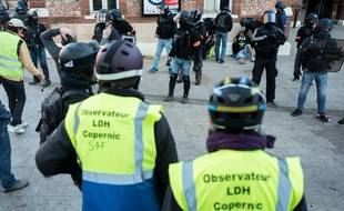 """Deux membres de l'Observatoire des pratiques policières, à Toulouse, lors de l'acte 14 des """"gilets jaunes""""."""