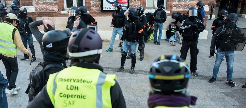 Deux membres de l'Observatoire des pratiques policières, à Toulouse, lors de l'acte 14 des
