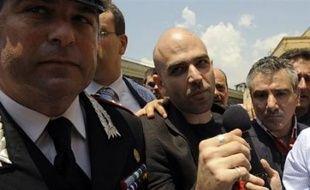 """L'écrivain Roberto Saviano, qui vit avec une escorte policière depuis 2006, était également présent à la lecture du verdict """"pour montrer (qu'il n'avait) pas peur"""", a-t-il dit et il s'est félicité de ce jugement considéré comme """"une victoire de la justice"""", invitant à ne """"pas baisser la garde"""" dans la lutte contre la Camorra."""