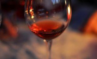 La couleur du vin rosé est plus ou moins foncée selon sa méthode de fabrication.
