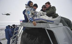 L'astronaute Joe Acaba sort du vaisseau Soyouz qui l'a ramené sur Terre, au Kazakhstan le 27 février 2018.