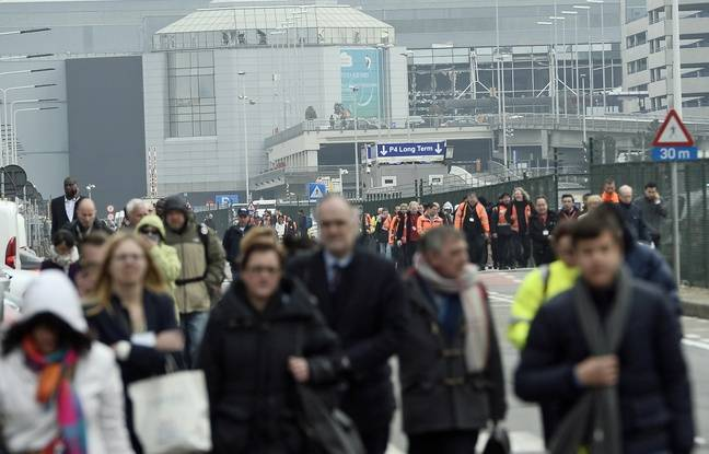 Les voyageurs sont évacués de l'aéroport Zaventem après des explosions, le 22 mars 2016.