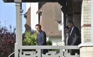 Emmanuel Macron sort de sa maison du Touquet.