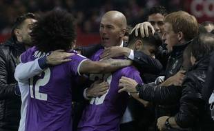 Zidane félicite ses joueurs après le but d'Asensio à Séville, le 13 janvier 2016.