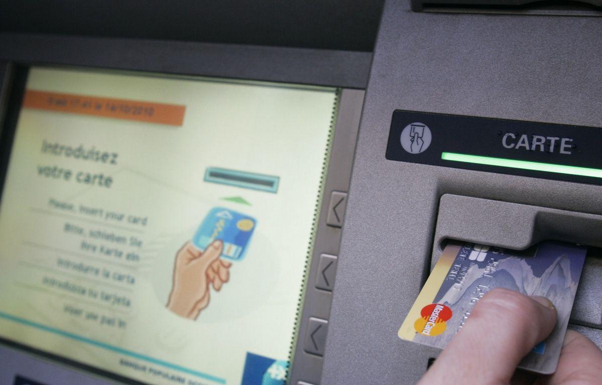 Retrait d'espces dans un distributeur automatique. 14/10/2010 Toulouse – FrŽdŽric Scheiber/20MINUTES