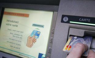 Un distributeur bancaire dans l'agglomération toulousaine. illustration.
