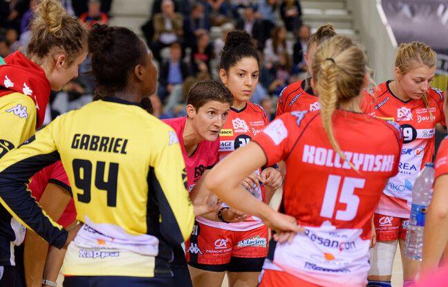 Raphaëlle Tervel, la coach de Besançon, ici au milieu de ses joueuses lors d'une rencontre en octobre 2016.
