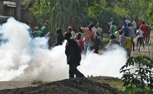 Des manifestants fuient les gaz lacrymogènes tirés par la police dans la banlieue de Bujumbura au Burundi, le 2 juin 2015