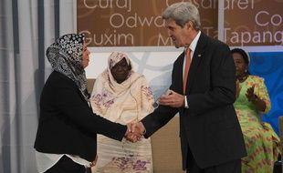 Latifa Ibn Ziaten et John Kerry lors d ela cérémonie honorant 14 femmes courageuses le mardi 29 mars 2016 à Washington