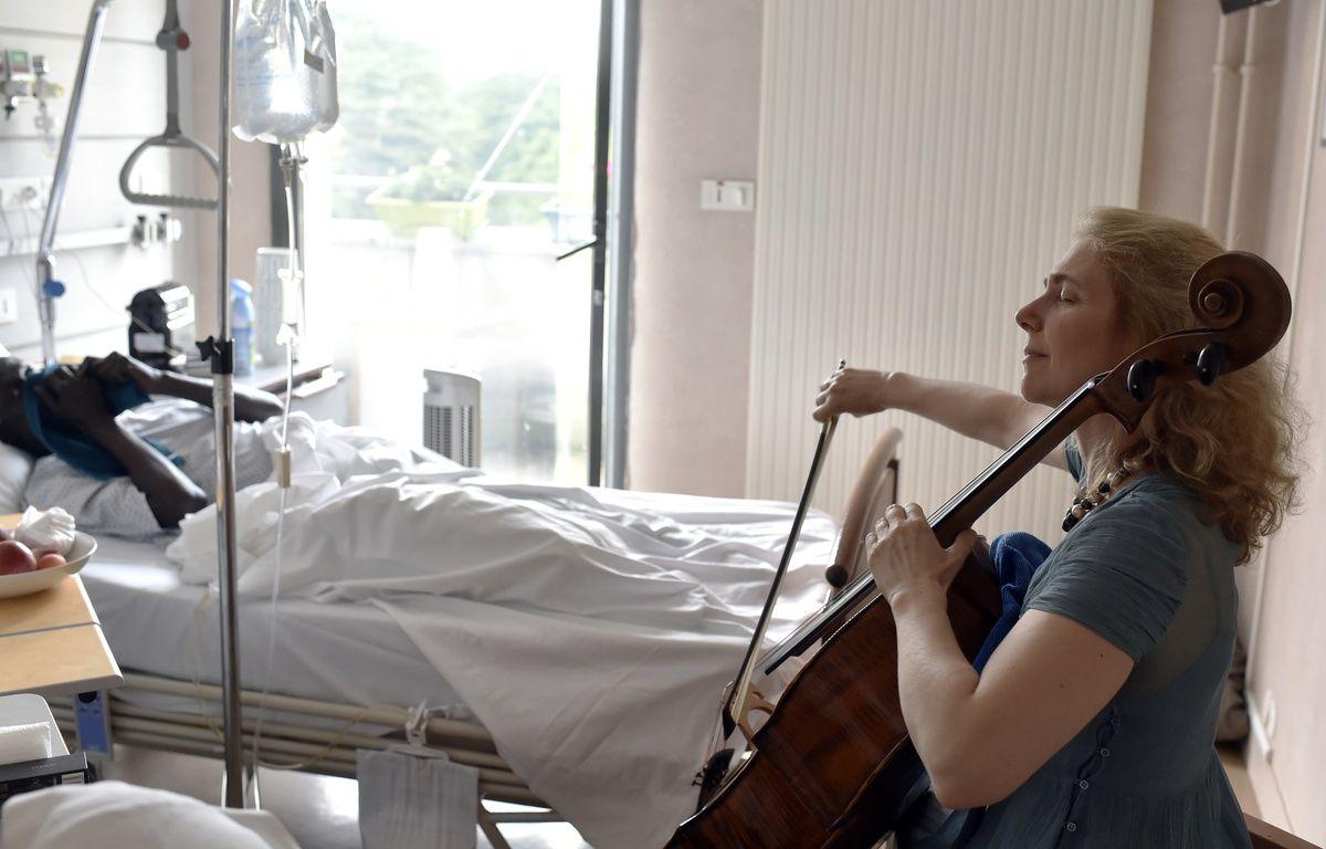 Avec son violoncelle, Claire Oppert soulage les patients en soins palliatifs