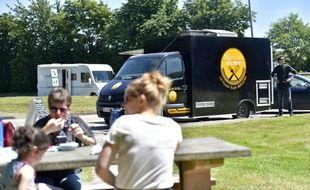 Un food truck installé sur l'aire de repos d'une route nationale le 6 juillet 2016 à Crevin dans l'ouest de la France
