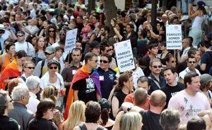 La Gay Pride parisienne défile samedi de Montparnasse à Bastille, avec une participation qui s'annonce exceptionnelle, portée par la promesse du président Hollande d'ouvrir d'ici un an le mariage aux homosexuels.