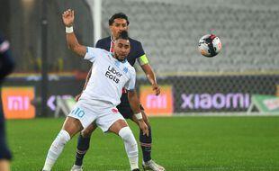 Payet devant Marquinhos lors du trophée des Champions entre Paris et Marseille