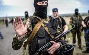Des séparatistes prorusses bloquent l'accès au site du crash de l'avion de la Malaysia Airlines MH17 près de Grabove, dans l'est de l'Ukraine, le 20 juillet 2014