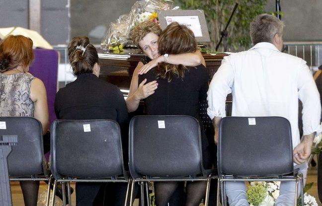 L'Italie a commencé vendredi 17 août 2018 à enterrer, en pleine polémique, les dizaines de personnes tuées dans l'effondrement du pont autoroutier à Gênes.