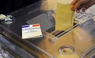 Illustration d'un électeur en train de glisser un bulletin dans une urne.