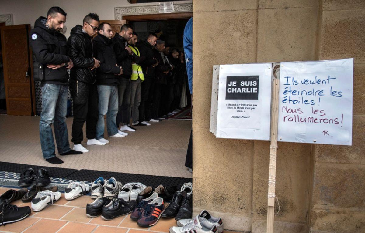 Des musulmans dans une mosquée de Saint-Etienne, le 9 janvier 2015, après l'attaque dont a été notamment victime la rédaction de «Charlie Hebdo». – JEAN-PHILIPPE KSIAZEK / AFP