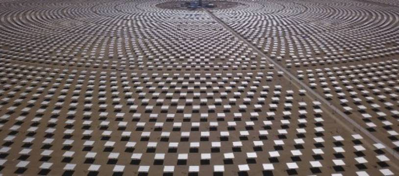 Vue aérienne d'une centrale solaire thermique de 100 mégawatts à Dunhuang dans le nord-ouest de la Chine.