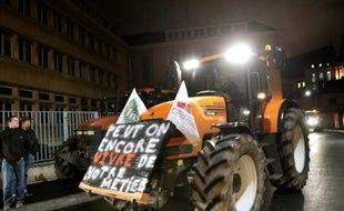 Un tracteur s'apprête à bloquer le 2 février 2016 la préfecture de Chartres (Eure et Loir)