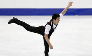 Champion du monde, le Canadien Patrick Chan, a manqué de stabilité mais a pris la tête à l'issue du programme court des Mondiaux-2012, vendredi à Nice, où les Allemands Aliona Savchenko et Robin Szolkowy se sont offerts leur quatrième titre mondial.