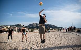 Des joueurs de beach-volley sur une plage de Marseille